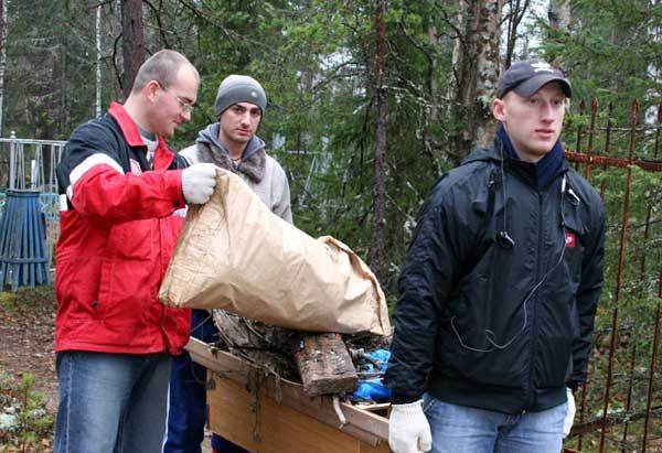 Две машины мусора собрали лукойловцы на колвинском кладбище