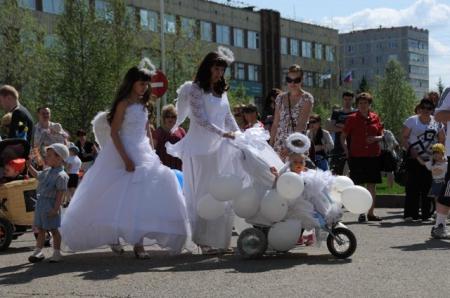 В параде детских колясок в Усинске приняло участие более 100 единиц «детских транспортных средств»