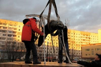 В Усинске установили памятник комару