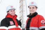 молодые инженеры Э. Рогозина (справа) и Г. Исангулова преисполнены оптимизма
