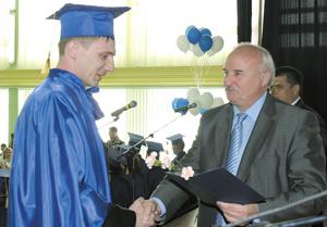 А. Алабушин вручает диплом выпускнику УФ УГТУ по специальности «Разработка и эксплуатация нефтяных и газовых месторождений» (2010 год)