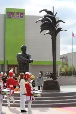 Жители Усинска голосуют за замену памятника нефтянику