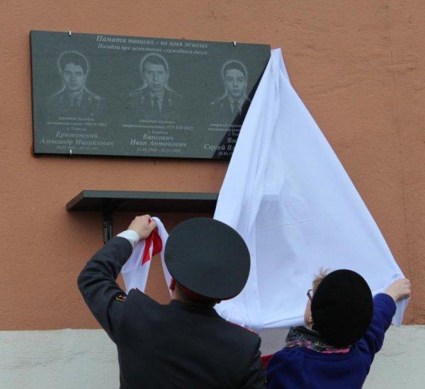 «Это нужно не мертвым, это нужно живым». В Усинске открыли мемориальную доску в память о погибших милиционерах